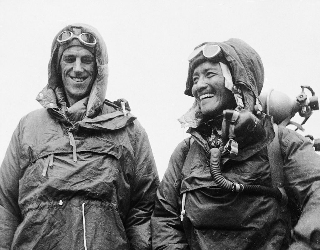 Edmund Hillary, Nya Zeeland, och Tenzing Norgay, Nepal, blev de första att nå toppen på Mount Everest 1953.