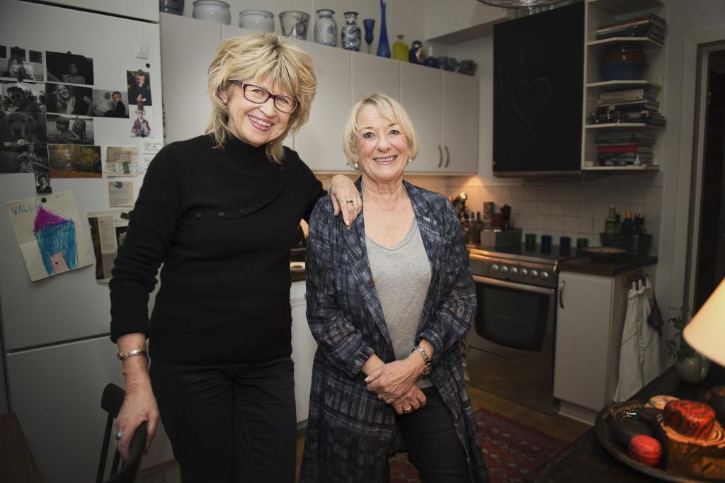40-talisterna har blivit en helt annan sorts föräldrar än deras egna, tror väninnorna Ulla-Lene Österholm och Carin Waldersten. – Vi vill vara med i våra barns liv, stötta dem och alltid finnas där för dem. Vi har uppmuntrat dem att göra allt de vill. Foto: AMANDA LINDGREN