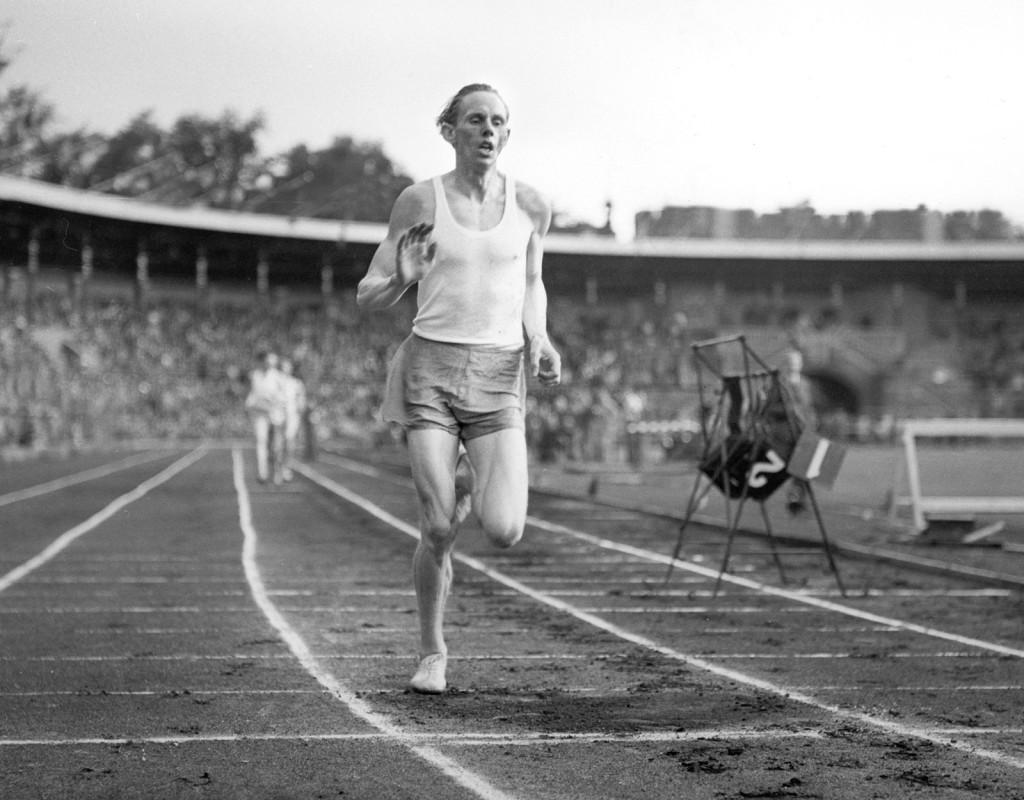 Gunder Hägg, (1918-2004), friidrott, satte 15 individuella världsrekord 1941-45 på sträckor från 1 500 till 5 000 meter.