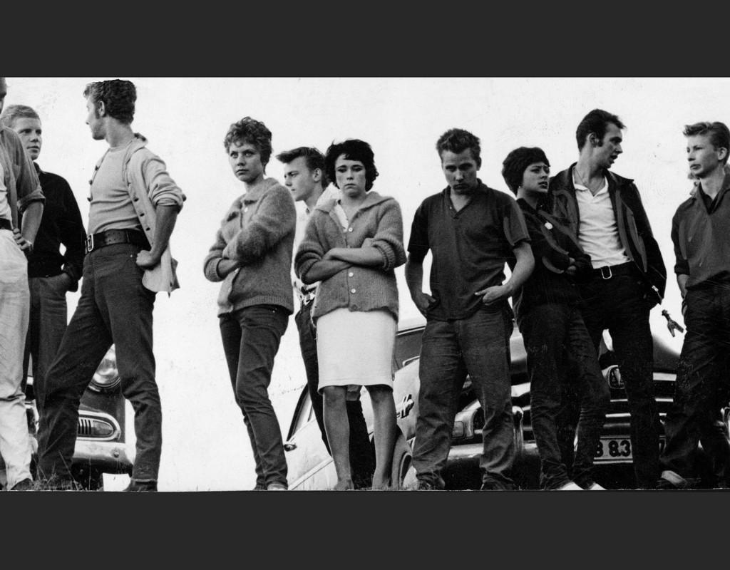 Ungdomar under 50-talet. En upprorisk klädstil var beatnik  svarta polo, jeans eller manchesterbyxor (i stil med författaren Jack Kerouac). En annan var rockabilly-stilen jeans, skinnjacka, vit t-shirt och myggjagare, som Elvis och James Dean.