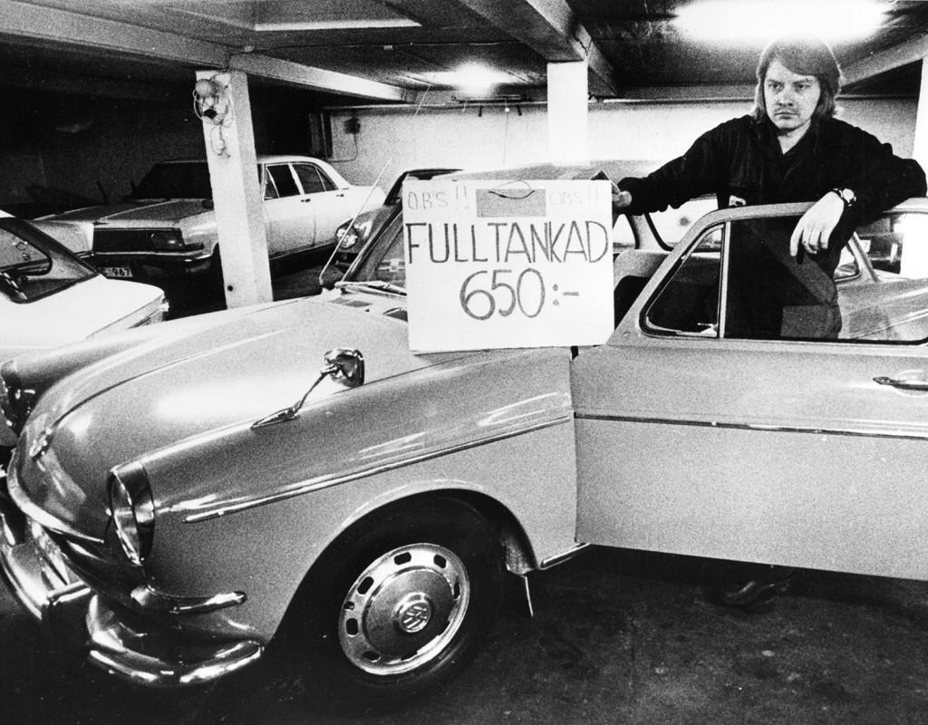 Oljekrisen 1973-1974. Bilhandlaren Kjell Lindholm i Malmö, säljer en begagnad Skoda med full tank för 650 kronor. Ett säljknep så gott som något i kristider som denna. Fotograf: AFTONBLADET