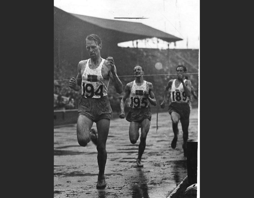 Henry Eriksson, (1920-2000), friidrott. OS-guld 1 500 meter 1948. Här är han längst fram för Lennart Strand.