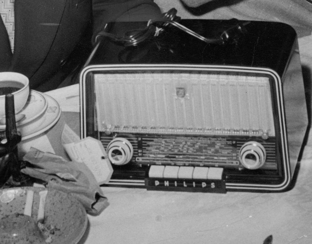 Radio är stort - i genomsnitt lyssnar svensken tre timmar per dag. 1941 har Sverige flest radiolicenser i Europa: 1, 5 miljoner stycken. Radion är ett familjenöje och alla lyssnar på det mesta: högmässan, nyheter och musik.