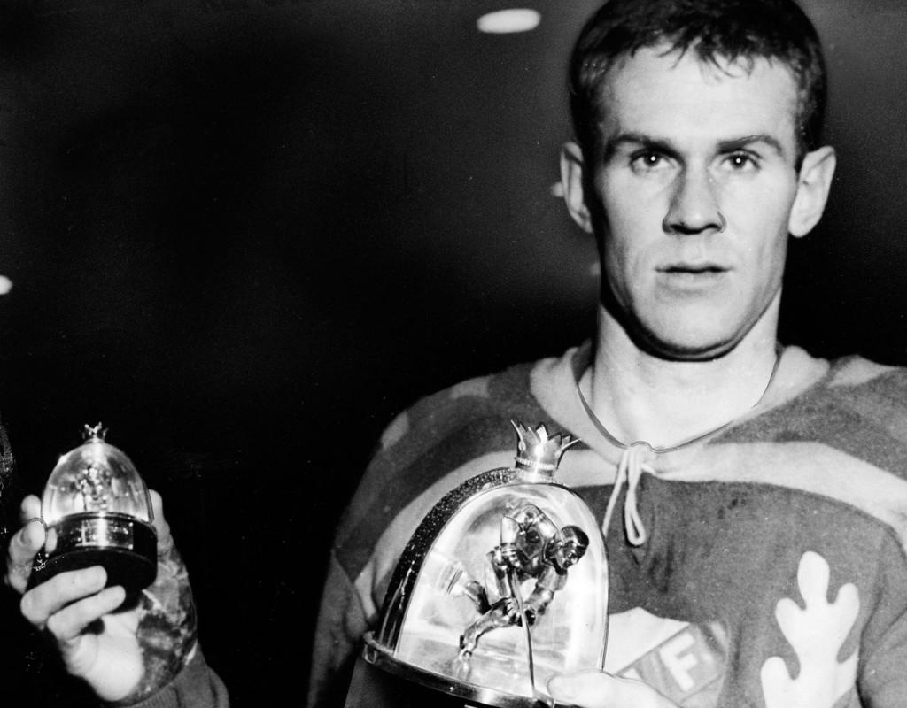 Ishockeyspelaren Sven Tumba poserar med Aftonbladets och Gillbergs skyttetrofé han fått för sina överlägsna seger i skytteligan 1956/1957.
