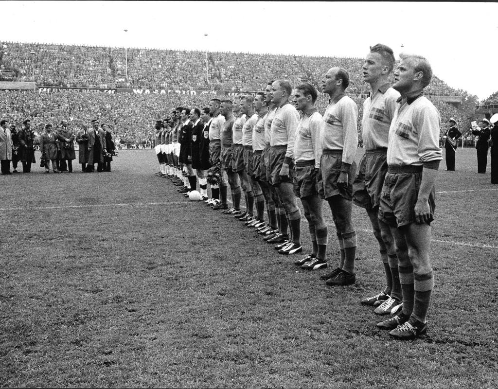 Landslaget sjunger nationalsången innan VM-finalen i fotboll 1958. Sverige förlorade mot Brasilien.