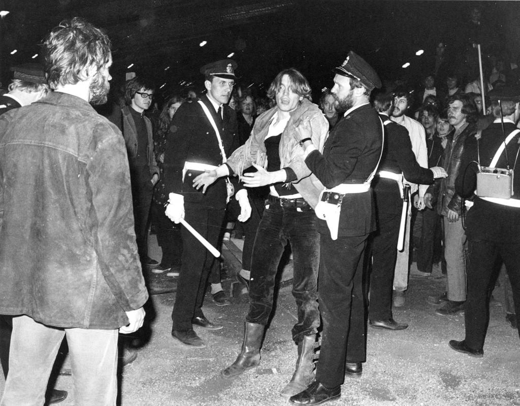 Almstriden i Kungsträdgården 1971.  Aktivisterna lyckas lura polisen och klättra upp i de 13 träd som till varje pris ska räddas. Och de lyckas. Almarna står kvar, tunnelbaneuppgången som de skulle ge plats åt fick maka på sig. Fotograf: AP