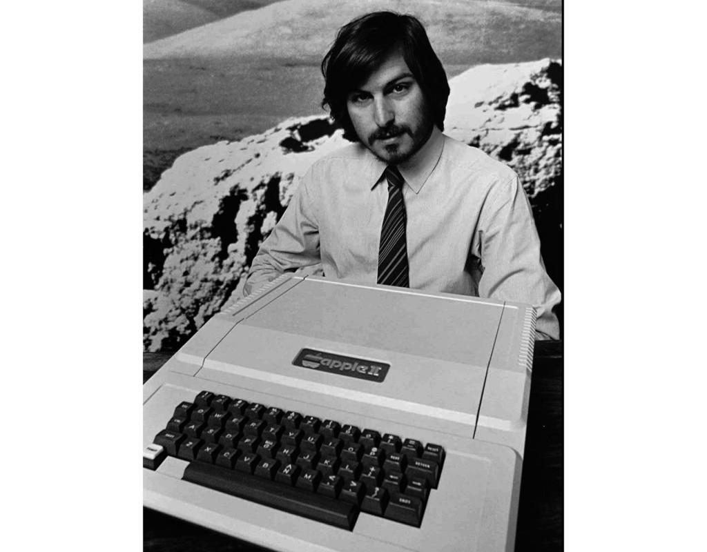 Apple II, en av världens första hemdatorer (1977). Här med Steve Jobs, Apples grundare.