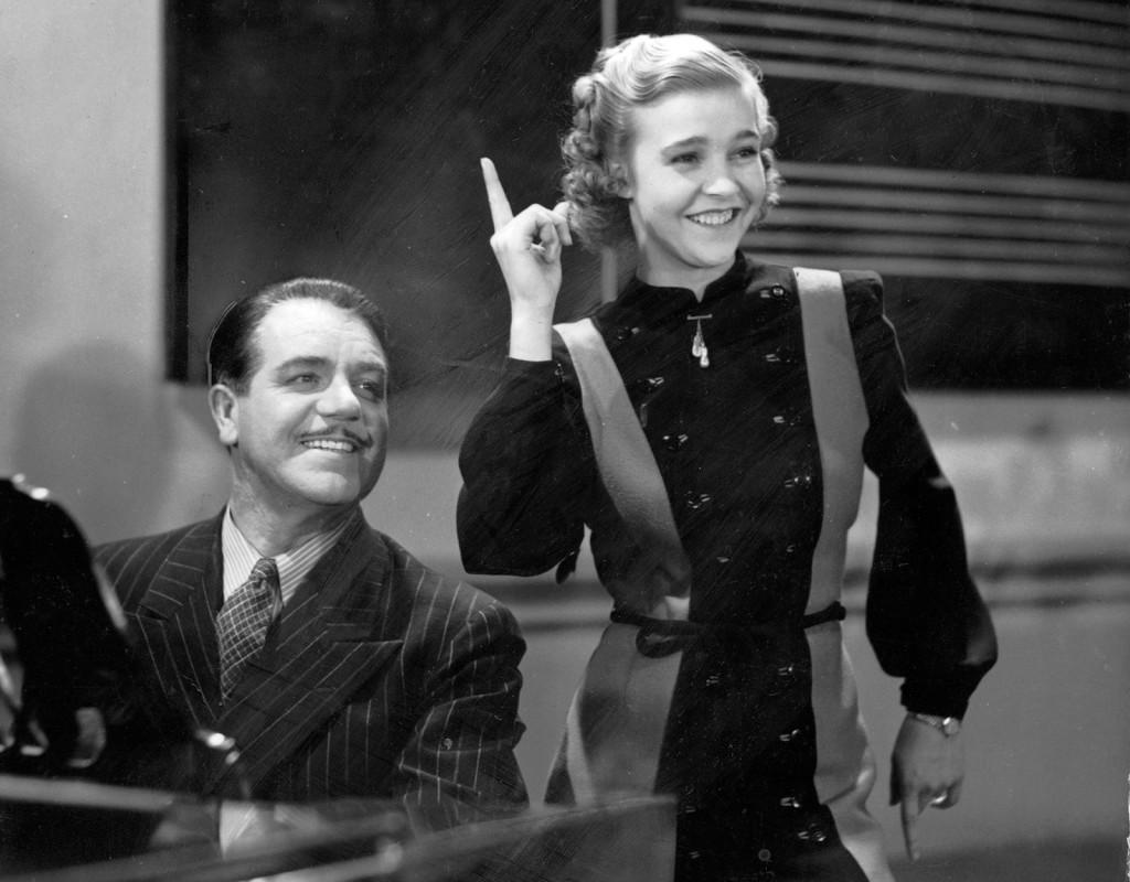 """""""Swing it magistern!"""" är en svensk långfilm från 1940. Alice Babs spelar skolflickan Inga Danell och Adolf Jahr hennes musiklärare, lektor Bergman. Foto: SANDREW"""