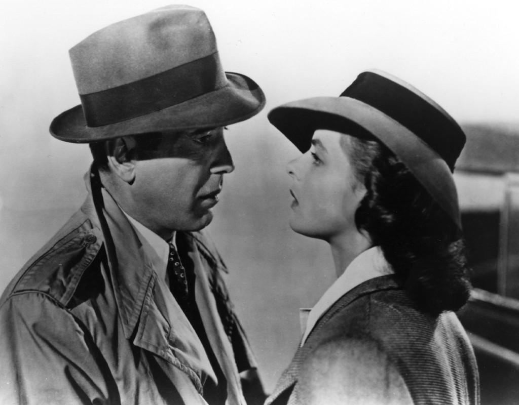 """Megastjärnor och stilikoner. Humphrey Bogart och Ingrid Bergman i """"Casablanca"""" 1942. En av Hollywoods största klassiker. I en scen sparkar Humphrey Bogart till en flaska Vichyvatten, en symbol för Vichyregimen. Scenen klipptes bort när filmen visades i Sverige 1943. Foto: WARNER BROS"""