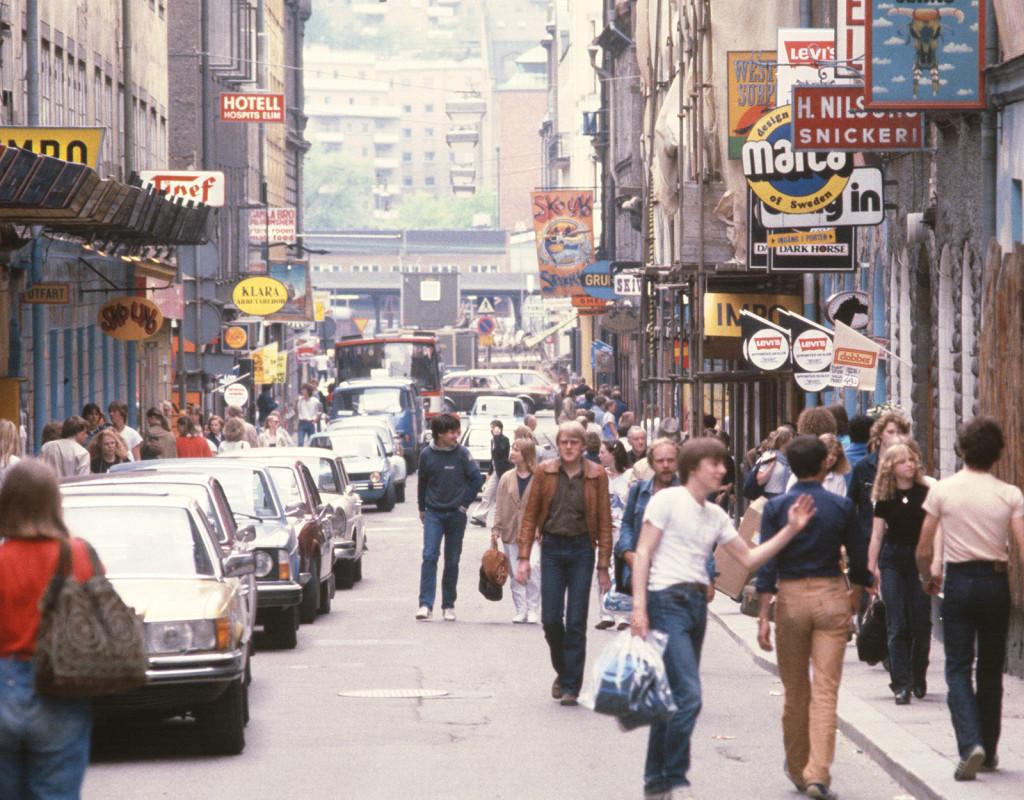 På Gamla Brogatan i Stockholm vimlade det av liv och rörelse under slutet av 70-talet. Den här bilden är från första augusti, 1979. Fotograf: BOSSE JOHANSSON