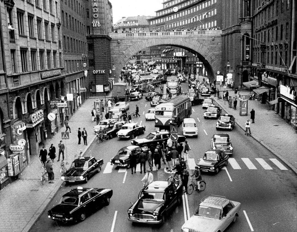 Kaos på Kungsgatan i Stockholm när det blev högertrafik 1967. Foto: AFTONBLADET