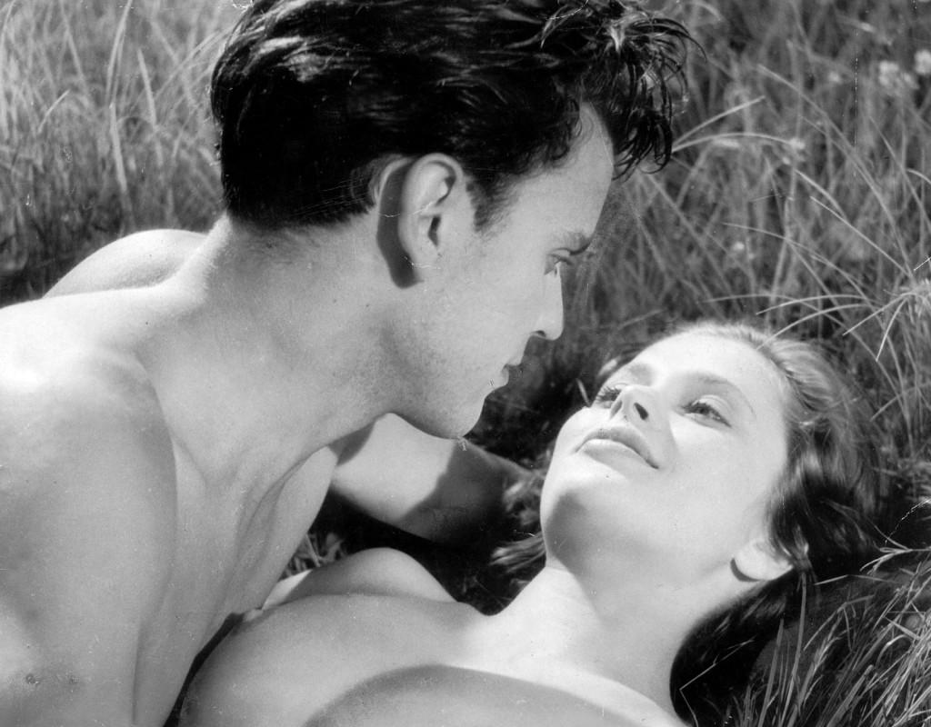 """Lättklätt och vågat. """"Hon dansade en sommar"""" blev en skandalsuccé när filmen gick upp på biograferna strax före jul 1951. Det unga kärleksparet (Ulla Jacobsson och Folke Sundquist) badar nakna och i en närbild skymtar den unga huvudpersonens bröst. Den tilldelades som första svenska film Guldbjörnen vid Filmfestivalen i Berlin 1952. Foto: SVT/NORDISK TONEFILM"""