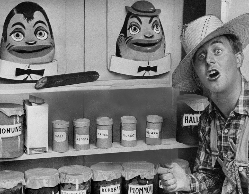 Humle och Dumle i sitt älskade skafferi 1959. Här är de tillsammans med skådespelaren Hans Lindgren i rollen som pratglade farfar. Ett av Sveriges Televisions första barnprogram, med premiär redan 1958. Humle och Dumle bodde i Kapten Bäckdahls skafferi och var båda mycket förtjusta i mat. Foto: GUNNAR TINGSVALL