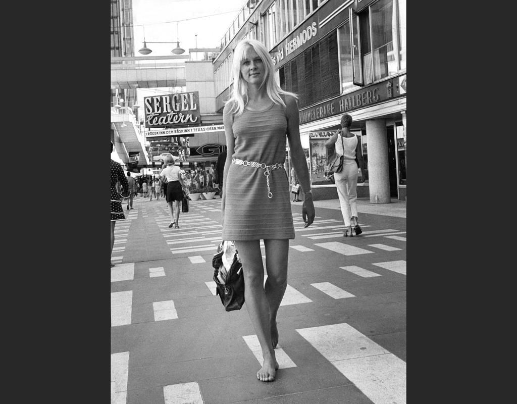 En ung 60-talstjej på Sergelgatan i Stockholm.