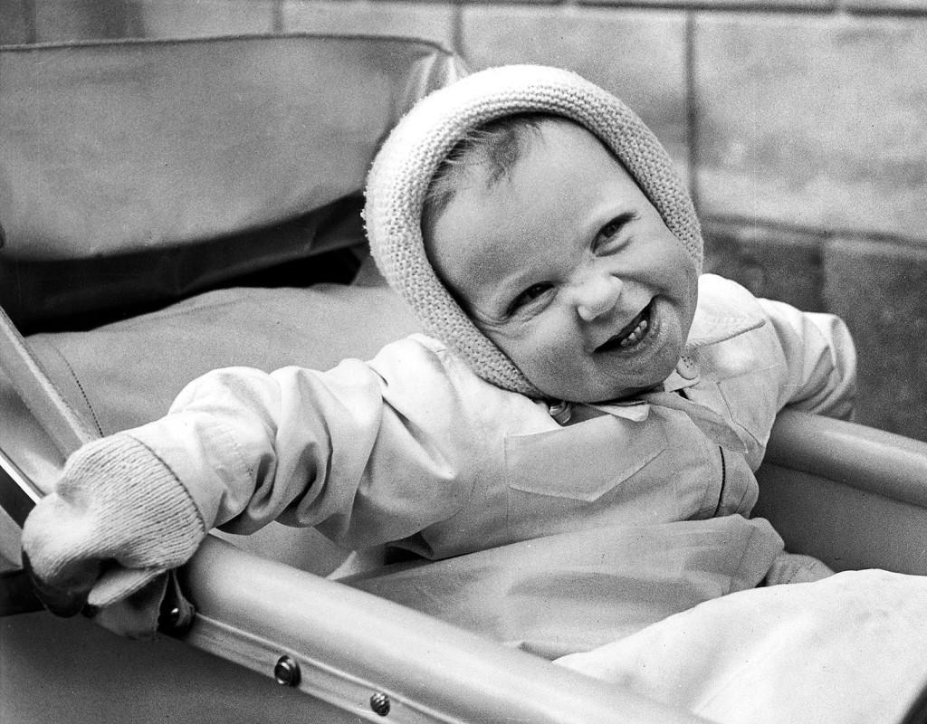 Kung Carl XVI Gustaf fyller ett år den 30 april 1947. I januari samma år har hans pappa prins Gustaf Adolf omkommit i en flygolycka på Kastrups flygplats utanför Köpenhamn.  Foto: GÖSTA WIRÉN