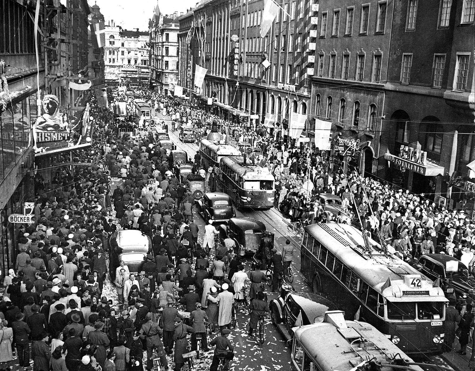 Fred! Runt 10 000 människor firar krigsslutet. Kungsgatan, Stockholm, 1945. Foto: AFTONBLADET