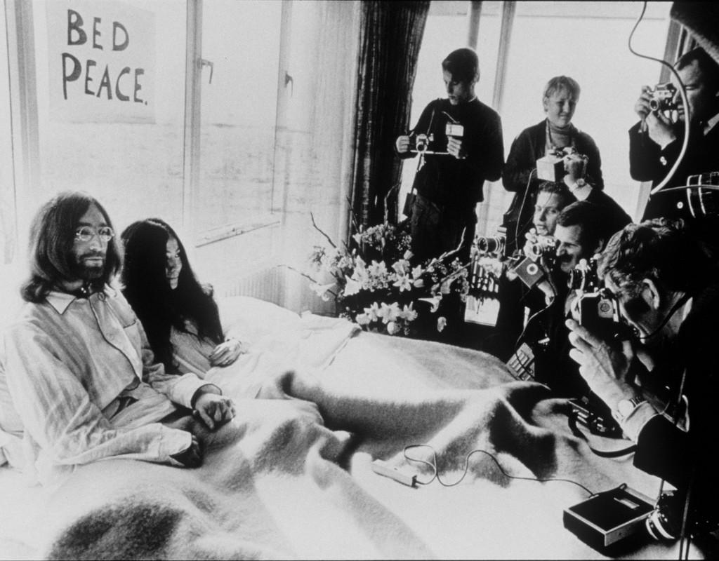 """Peace, love and understanding - John Lennon och Yoko Ono kör """"Bed-in för peace"""" på Hilton Hotel i Amsterdam. Foto: AP"""