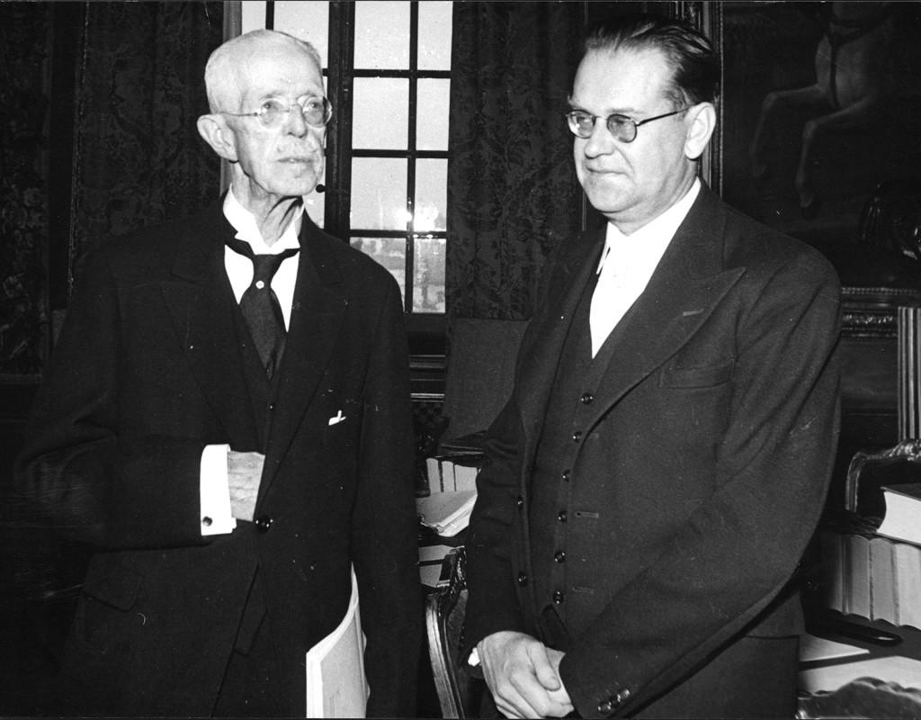 Maktens män. Kung Gustav V gratulerar Tage Erlander när han tillträder som socialdemokratisk statsminister 1946. Foto: AFTONBLADET