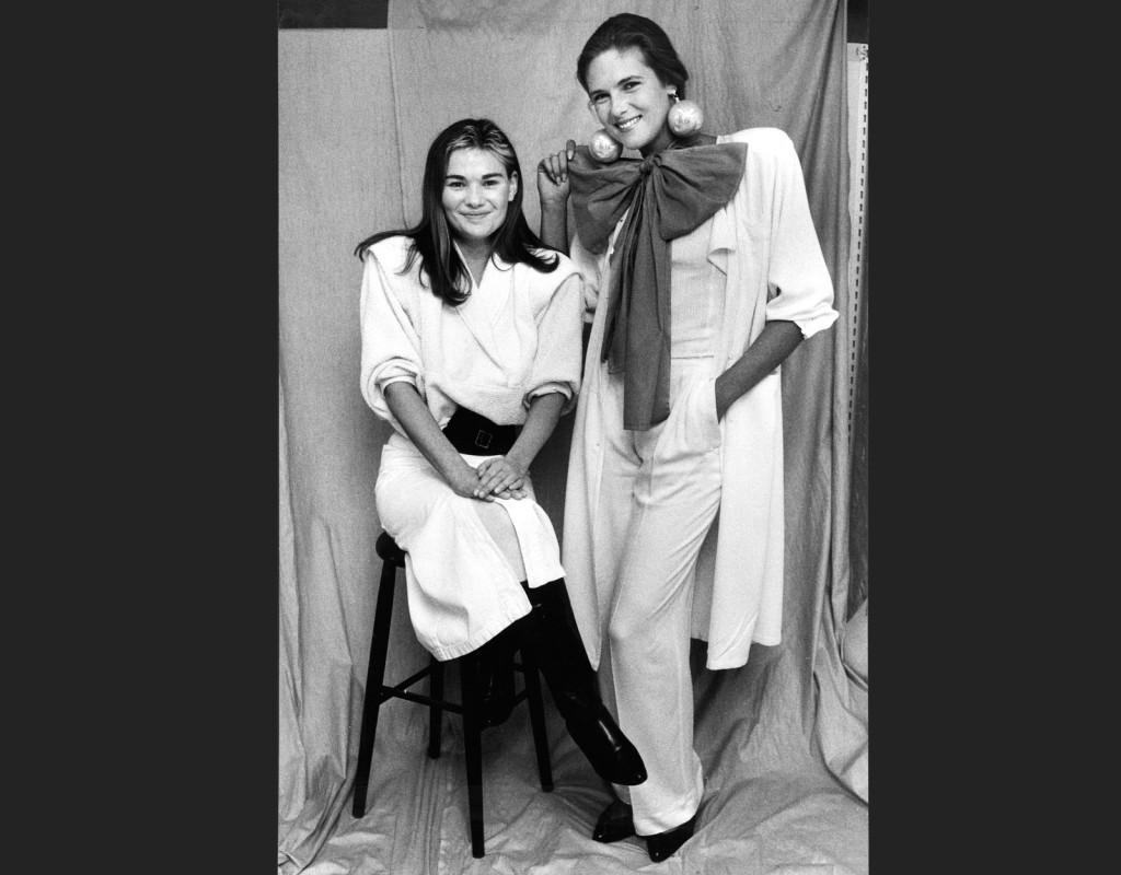Linnea Braun, svensk designer, och en modell visar upp 1985 års hetaste mode: vitt, kroppsnära, vida byxben, korta kjolar. Och förstås; axelvaddar. Ännu har inte pudelpermanenten slagit igenom.  Foto: CORNELIA NORDSTRÖM