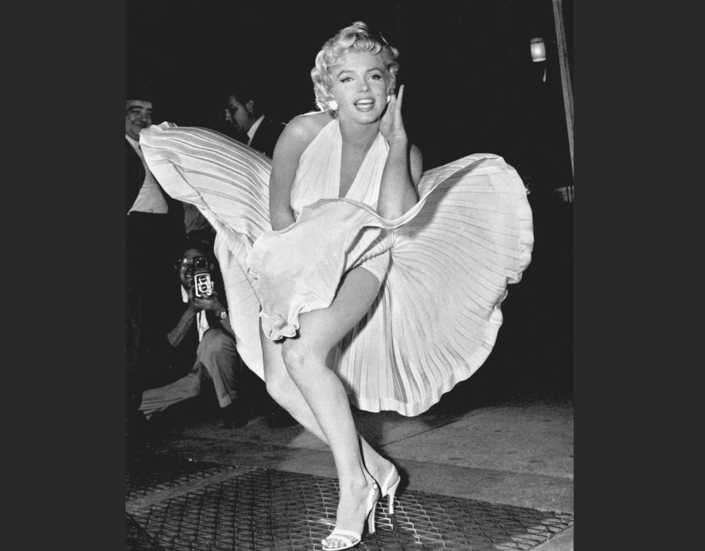 """I hetaste laget. Marilyn Monroe presenterar sin senaste film, Flickan ovanpå"""" från 1955, genom att ställa sig vid en ventilationstrumma ovanför New Yorks tunnelbana. I takt med att rollerna blev större under 1950-talet kom hon också att bli decenniets mesta sexsymbol. Kända filmer: """"Herrar föredrar blondiner"""" (1953), """"Bus stop"""" (1956), """"I hetaste laget"""" (1959) och """"De missanpassade"""" (1961). Foto: AP"""