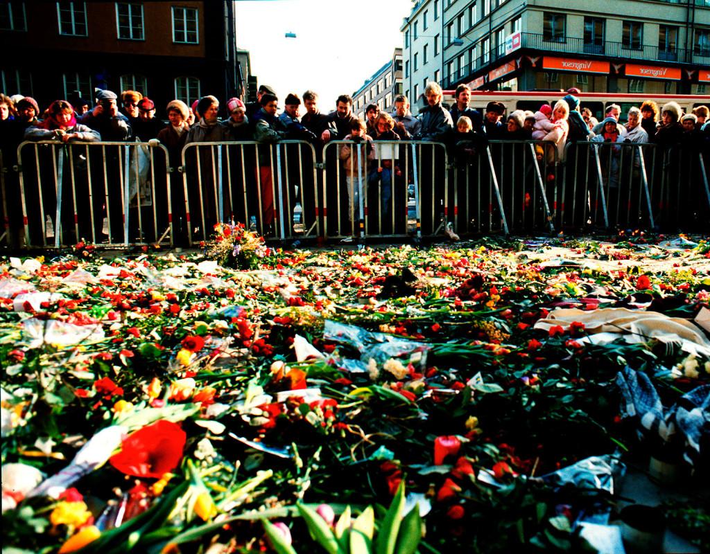 28 februari 1986 mördades Sveriges statsminister, Olof Palme. Dagarna efter mordet samlas tusentals chockade svenskar vid mordplatsen på Sveavägen i Stockholm.  Foto: BÖRJE THURESSON