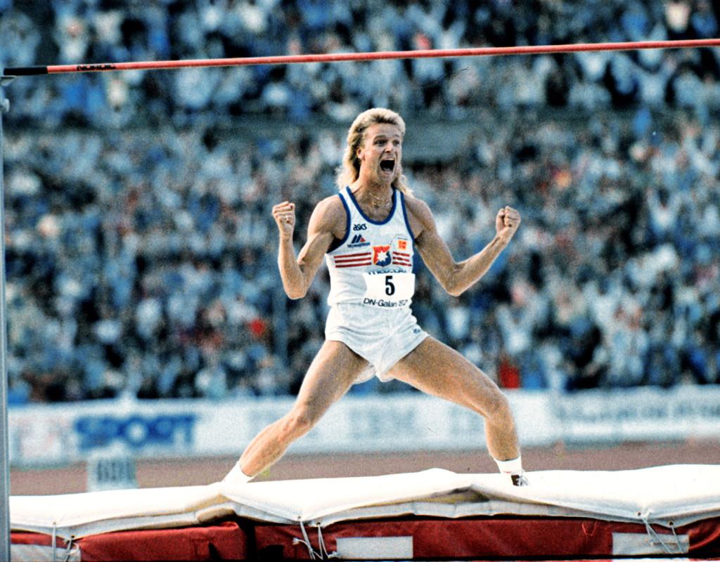 Under DN-galan 1987 sätter Patrik Sjöberg nytt världsrekord i höjdhoppning när han hoppar 2,42 meter.  Foto: BJÖRN ELGSTRAND