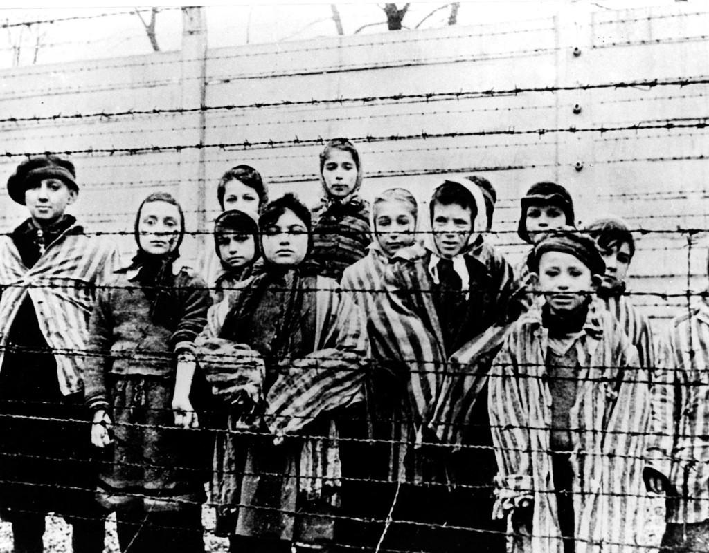Sanningen om koncentrationslägren går sakta upp för Europa. Här befrias fångar från Auschwitz av sovjetiska armén januari 1945. Foto: AP TT NYHETSBYRÅ