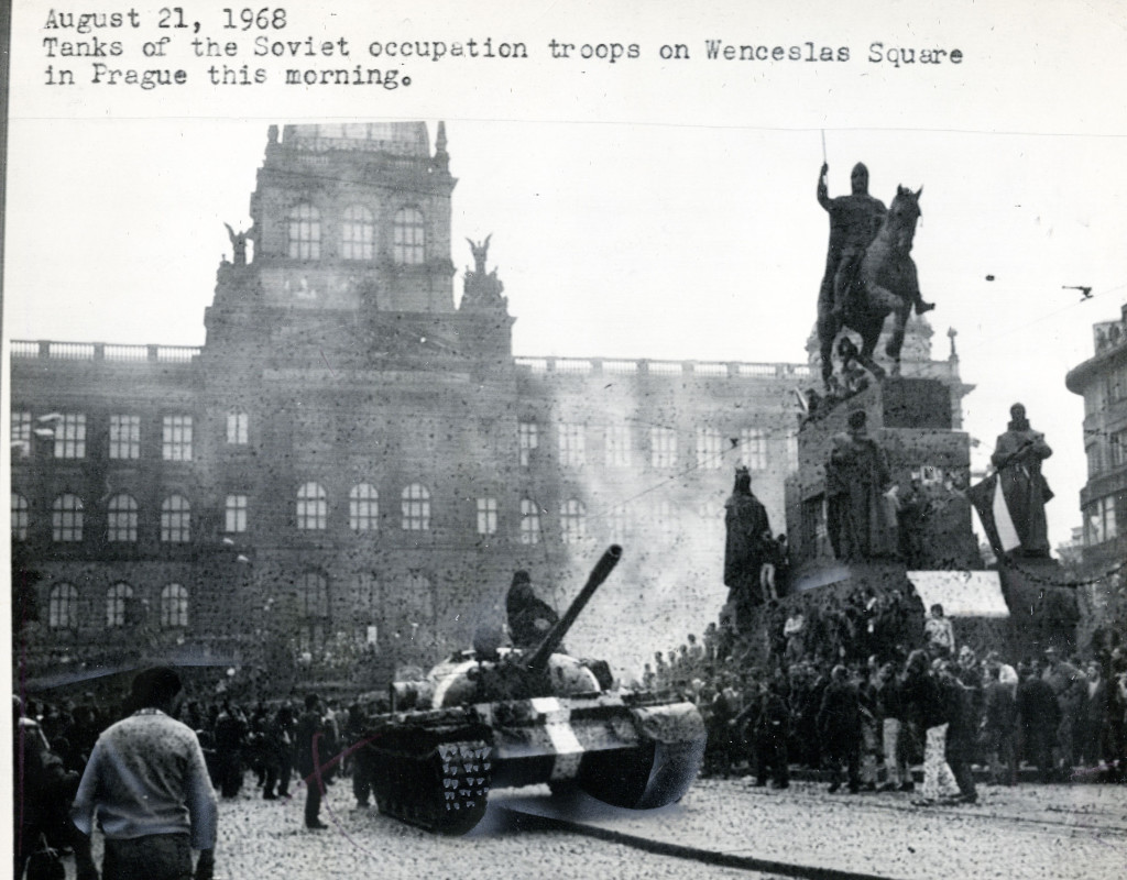 Pragvåren 1969. Här rullar de ryska stridsvagnarna in på Wenceplatsen. Foto: HERMAN LINDQVIST