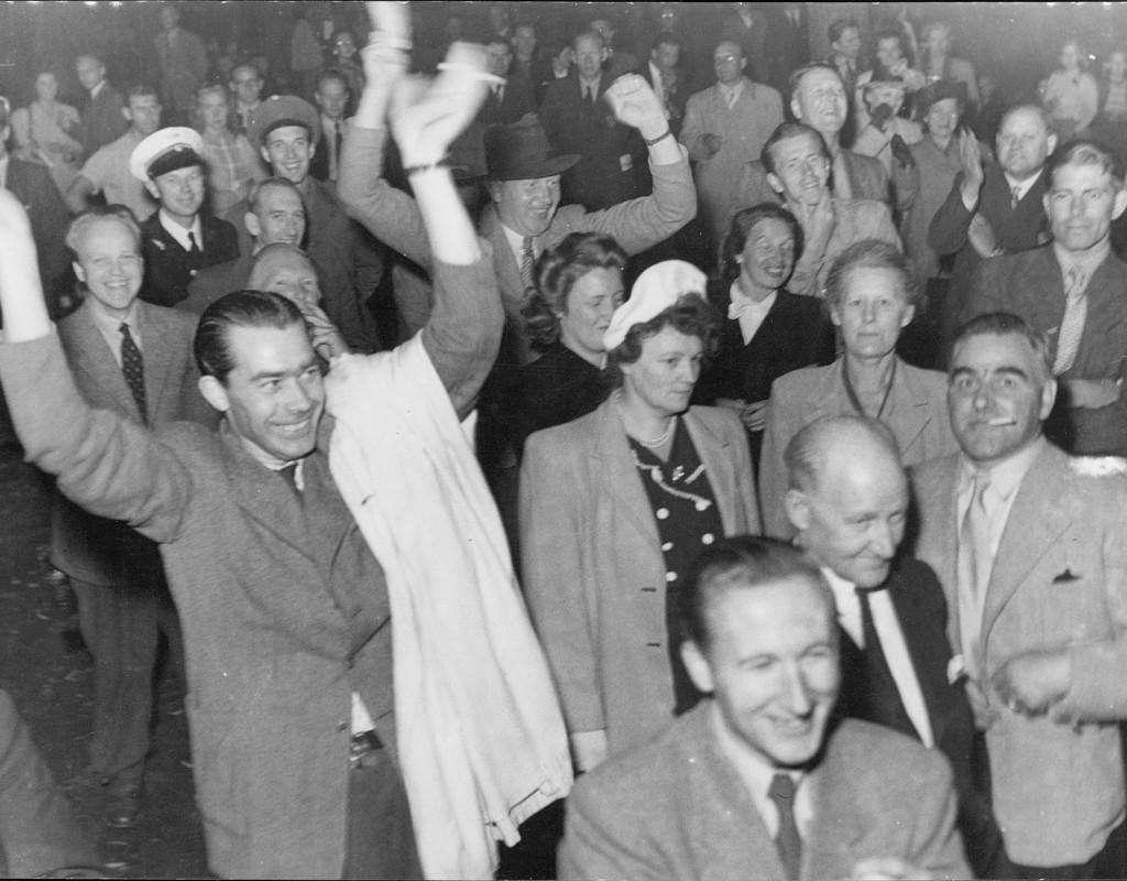 Radio var samlingspunkten nummer ett under 1940-talet. Publiken jublar vid en sändning i Kungsträdgården, Stockholm, när Sverige tar ledningen i en fotbollsmatch under OS i London 1948. Foto: AFTONBLADET