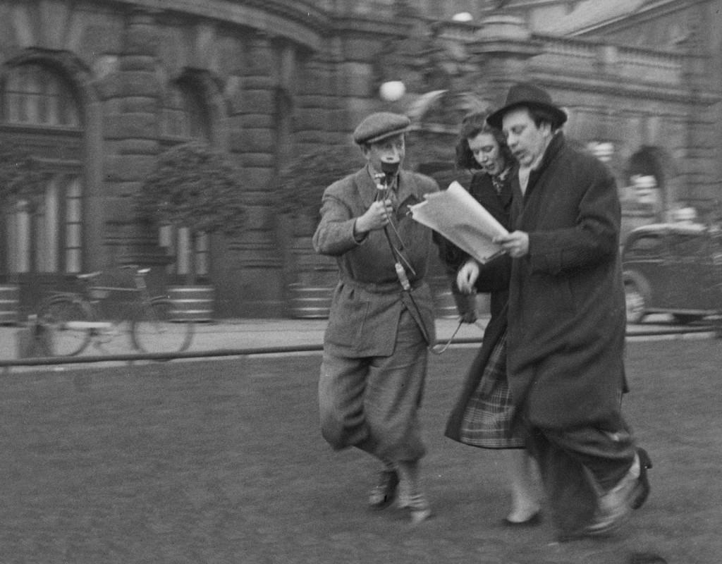 """Radioteater var stort. Glad inspelning av Stieg Trenters kriminalpjäs """"Falsk föreställning"""" 1946. Operaterrassen i bakgrunden. Foto: GUNNAR LANTZ"""