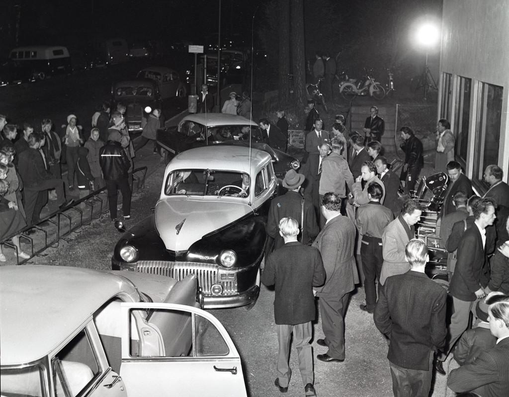 """Raggarfest 1959. De första raggargängen bildades i Stockholm i slutet av 1950-talet. Mest omskrivna var The Road Devils som leddes av Bosse """"Gamen"""" Sandberg. I juli 1959 uppstod stora kravaller i Kristianstad mellan raggare och polis. Tidningarna skrev och politikerna utredde händelserna. Foto: BO HOLST"""