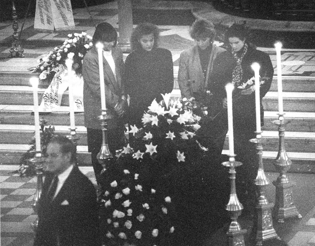 """Under slutet av 80-talet började AIDS-skräcken sprida sig i Sverige. Modeskaparen Sighsten Herrgård berättade öppet att han var döende i sjukdomen. Här begravs han i Gustav Vasa kyrka. Barbro """"Lill-Babs"""" Svensson med döttrarna Kristin Kaspersen och Malin Berghagen vid kistan den 7 december 1989. Foto: URBAN ANDERSSO"""