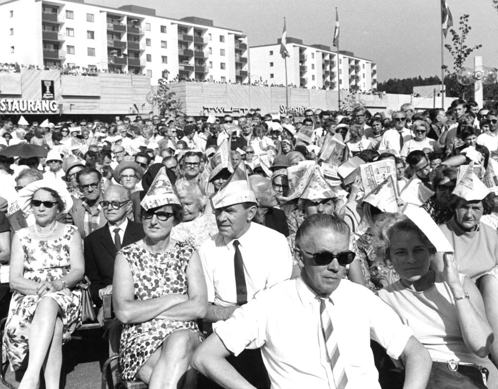 Miljonprogrammet skulle ge bostäder och nya centrum åt alla. 1968 invigs Skärholmen, 100 000 människor kom.  Foto: ÖRJAN SÖDERLUND