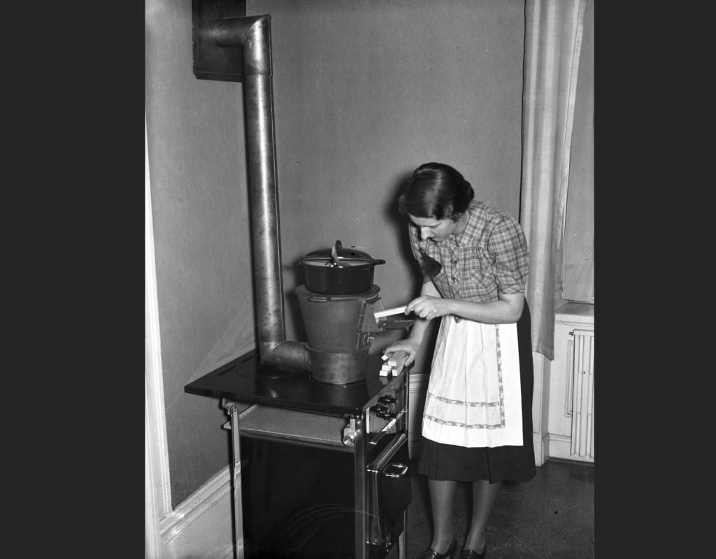 Under krigets kristider fanns speciella sparspisar - här stopparen kvinna in veden. Foto: AFTONBLADET