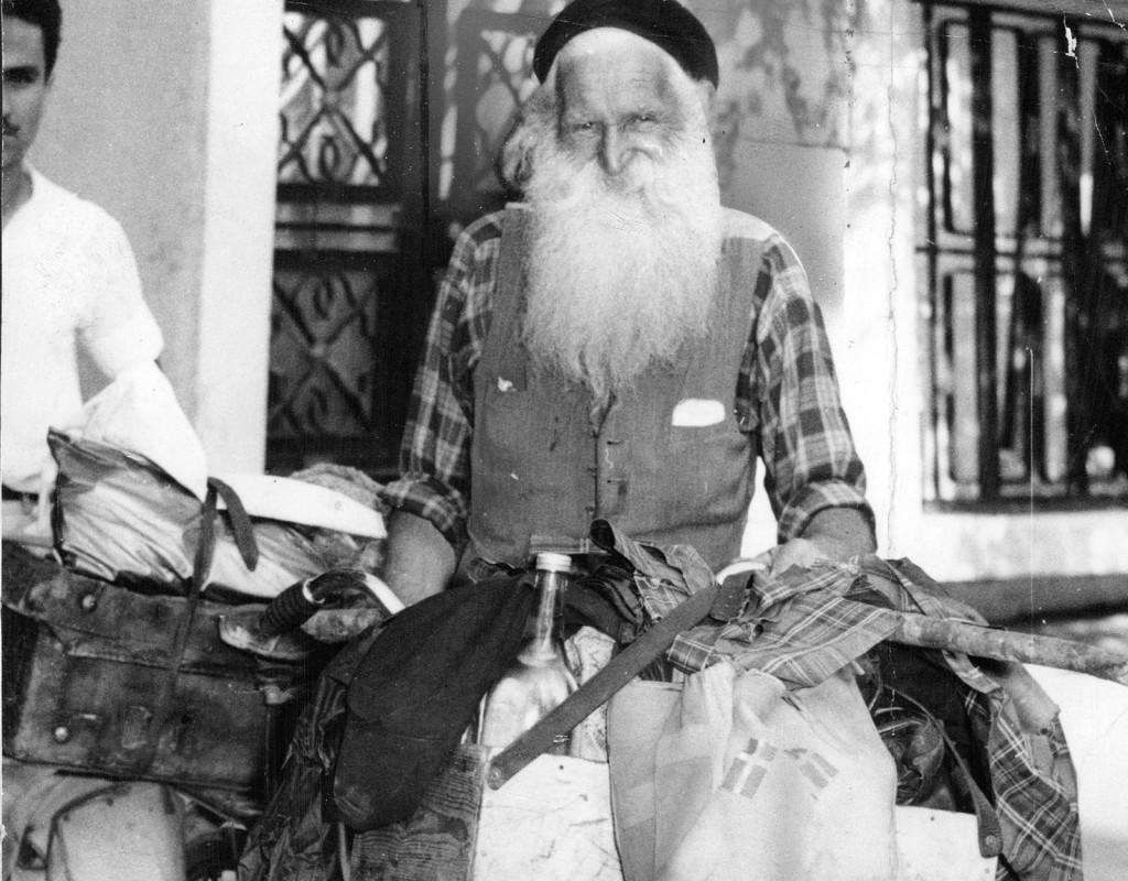 """Krutgubben Gustaf Håkansson. """"Stålfarfar"""", blir rikskänd när han 1951 – 66 år gammal – deltar i cykeltävlingen Sverigeloppet. 1959, när den här bilden togs i Amman i Jordanien, var han på väg till Jerusalem för att besöka de heliga platserna. Foto: AP"""