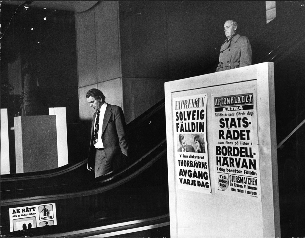 Thorbjörn Fälldin (C) var Sverige statsminister 1976-1978. Här åker han rulltrappa vid riksdagshuset. I förgrunden syns löpsedlar om bordellhärvan och Fälldins avgång. Bilden är tagen den 9 maj 1978. Fotograf: ROLF PETTERSSON