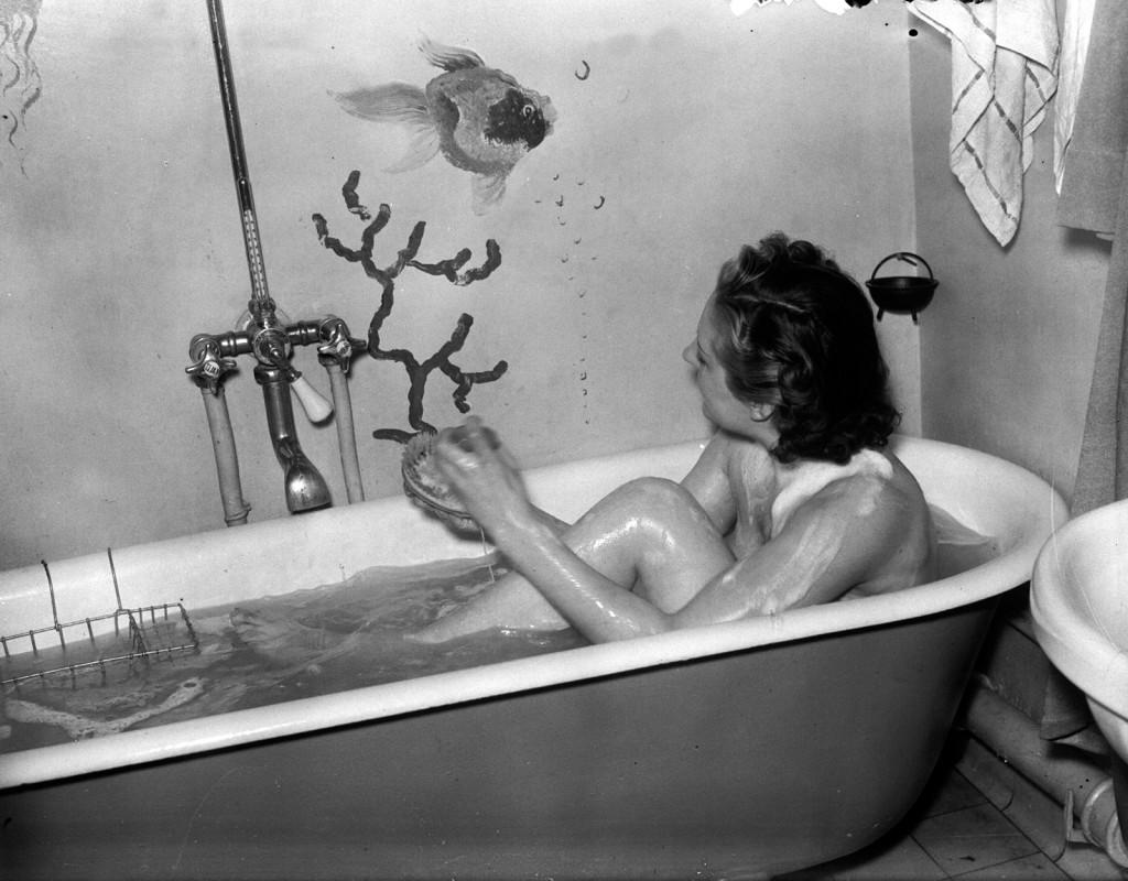 Under de kalla krigsvintrarna ledde bränslebristen till att varmvattnet begränsades. Ibland infördes varmvattenförbud i hyreshus.  Foto: AFTONBLADET