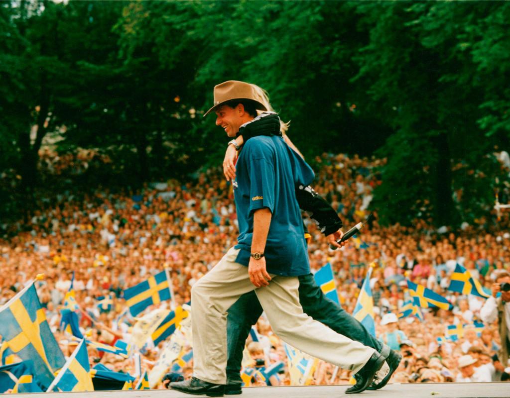 """Sverige kom otippat 3:a i fotbolls-VM 1994 i USA. Här har spelarna kommit hem och Sverige firar i Rålambshovsparken i Stockholm. Thomas Ravelli, målvakt och Thomas Eriksson """"Orup"""", sångare, Sverige syns på bilden. Foto: Lotte Fernvall"""