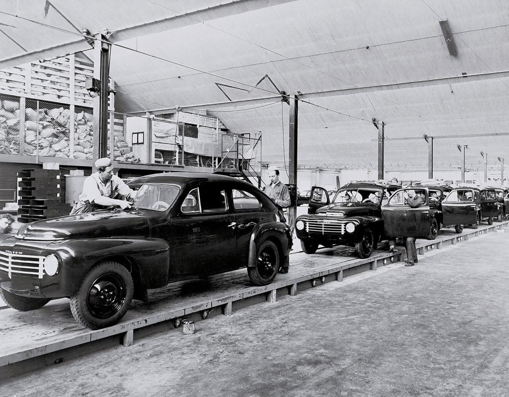 Efter krigsslutet snurrar de ekonomiska hjulen fort för Sverige. Här monteras Volvo PV444 1947. Bilen tillverkades under åren 1944-1957. Foto: VOLVO